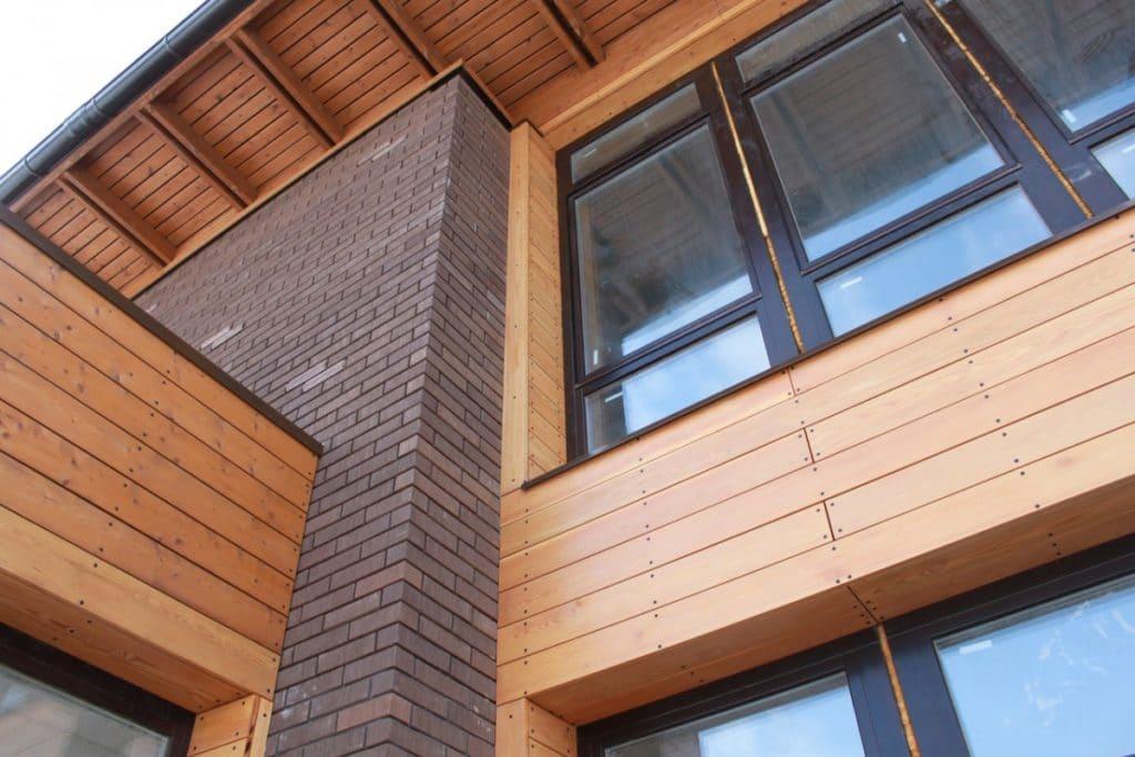 Смонтированный деревянный фасад